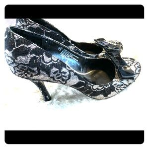 e74133c6ce90 Hollywould · EUC HollyWould Size 6.5 Heels Black and Silver